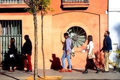 Mensen die in Sevilla op een zonnige ochtend lopen Royalty-vrije Stock Afbeelding