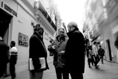Mensen die in Sierpes-straat in Sevilla 5 lopen stock foto's