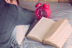 Mensen die slaperig Bed zijn stock afbeeldingen