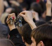 Mensen die sleutels op de demonstratie op het vierkant van Praag bellen Wenceslas tegen de huidige overheid en Babis Stock Foto's