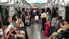 Mensen die smartphones binnen metrowagen met behulp van terwijl het berijden Concept gebrek aan mededeling in moderne samenleving stock video