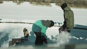 Mensen die sneeuw graven stock video
