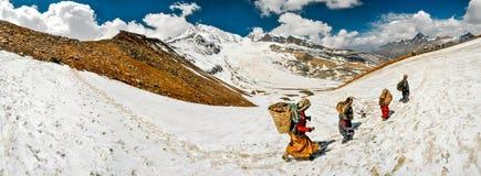Mensen die in sneeuw in Nepal lopen Stock Fotografie