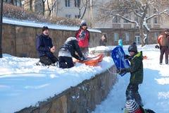 Mensen die in sneeuw spelen Royalty-vrije Stock Fotografie