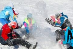 Mensen die sneeuwbalstrijd hebben Stock Afbeelding