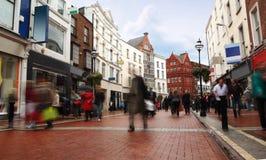 Mensen die snel op kleine, smalle straat gaan Royalty-vrije Stock Afbeeldingen