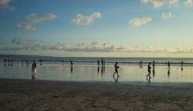 Mensen die sommige activiteiten doen tijdens zonsondergangtijd bij Kuta-Strand, Bali-Indonesië stock afbeelding