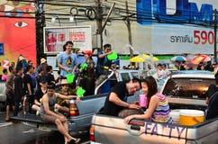 Mensen die Songkran vieren (Thais nieuw jaar/water festival) Stock Afbeeldingen