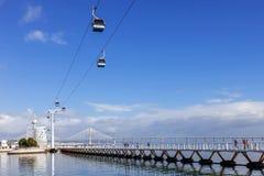 Mensen die sporten op Passeio Ribeirinho over de Tagus-Rivier uitoefenen Stock Afbeeldingen