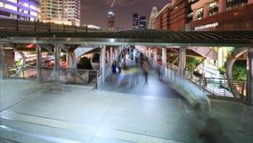 Mensen die in stad, bezig verkeer aan metro, het gezoem van de tijdtijdspanne binnen lopen stock video