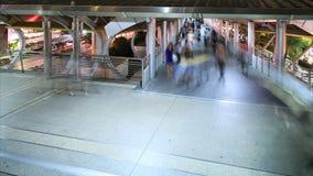 Mensen die in stad, bezig verkeer aan metro lopen stock footage