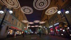 Mensen die in stadscentrum lopen die voor Kerstmis wordt verfraaid stock footage