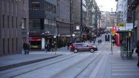 Mensen die in stadscentrum lopen die voor Kerstmis wordt verfraaid stock video