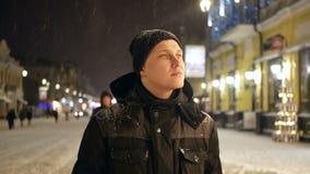 Mensen die stadssneeuw lopen stock video