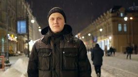 Mensen die stadssneeuw lopen stock videobeelden