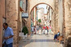 Mensen die in straat, Architectuur lopen van Saint Tropez -stad in Franse Riviera, Frankrijk Stock Afbeelding