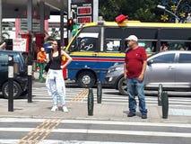 Mensen die straat in medellin wachten te kruisen Stock Afbeeldingen