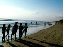 Mensen die - strand lopen royalty-vrije stock fotografie