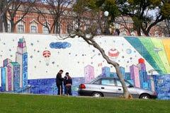 Mensen die surreal Portugese tegels van de straatkunst, Lissabon spreken Stock Afbeeldingen