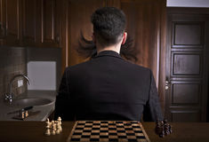 Mensen die tegen een schaakbord achterover leunen Royalty-vrije Stock Fotografie