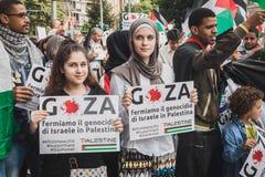 Mensen die tegen het bombarderen van Gazastrook in Milaan, Italië protesteren Stock Fotografie