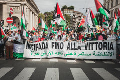 Mensen die tegen het bombarderen van Gazastrook in Milaan, Italië protesteren Stock Foto