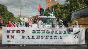 Mensen die tegen het bombarderen van Gazastrook in Milaan, Italië protesteren Stock Afbeelding