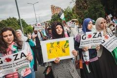 Mensen die tegen het bombarderen van Gazastrook in Milaan, Italië protesteren Royalty-vrije Stock Foto's