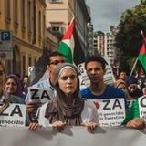 Mensen die tegen het bombarderen van Gazastrook in Milaan, Italië protesteren Stock Foto's