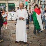 Mensen die tegen het bombarderen van Gazastrook in Milaan, Italië protesteren Stock Afbeeldingen