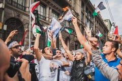 Mensen die tegen het bombarderen van Gazastrook in Milaan, Italië protesteren Royalty-vrije Stock Foto