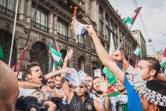 Mensen die tegen het bombarderen van Gazastrook in Milaan, Italië protesteren Royalty-vrije Stock Fotografie