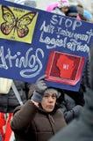 Mensen die tegen Immigratiewetten protesteren stock foto's