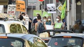 Mensen die tegen luchtvervuiling protesteren stock video