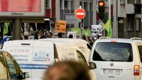 Mensen die tegen luchtvervuiling protesteren stock footage