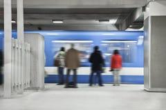 Mensen die tegen te houden metro wachten (snelle motie) Stock Foto