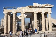 Mensen die Tempel van Athena Nike in Griekenland bezienswaardigheden bezoeken Royalty-vrije Stock Foto's