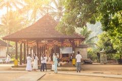 Mensen die Tempel van het Heilige Tandoverblijfsel bezoeken op Sri Lanka Royalty-vrije Stock Foto's