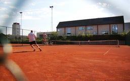 Mensen die tennis spelen Stock Foto's