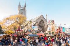 Mensen die terwijl het bezoeken van de Kerstmismarkt in Cardiff eten stock fotografie