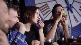 Mensen die terwijl het hebben van diner samen eten stock video