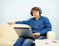 Mensen die thuis aan symphonic muziek luisteren royalty-vrije stock afbeeldingen