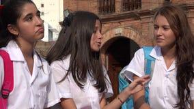 Mensen die Tienermeisjes spreken stock footage