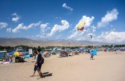 Mensen die tijdens de zomervakantie ontspannen in Kyrgyzstan royalty-vrije stock afbeelding