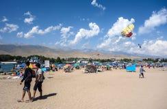 Mensen die tijdens de zomervakantie ontspannen in Kyrgyzstan royalty-vrije stock afbeeldingen