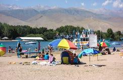 Mensen die tijdens de zomervakantie ontspannen in Kyrgyzstan royalty-vrije stock fotografie