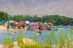 Mensen die tijdens de zomervakantie zwemmen in Kyrgyzstan royalty-vrije stock afbeelding