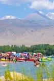 Mensen die tijdens de zomervakantie zwemmen in Kyrgyzstan stock foto