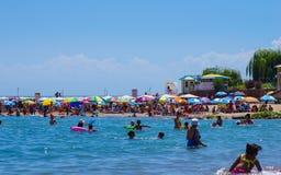 Mensen die tijdens de zomervakantie zwemmen in Kyrgyzstan stock afbeeldingen