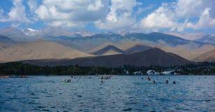 Mensen die tijdens de zomervakantie zwemmen in Kyrgyzstan stock foto's